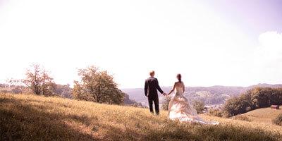 Hochzeitspaar auf der Wiese