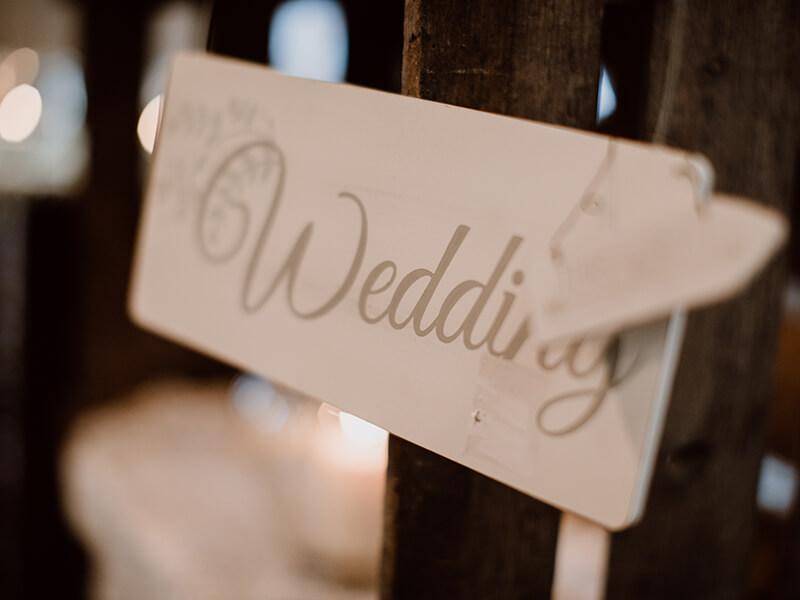 Tafel, wo Hochzeit drauf steht