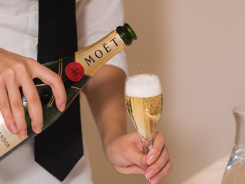 Ein Mann schenkt Champagner ein