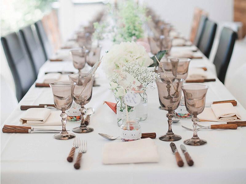 Grosse Tafel gedeckt für viele Gäste