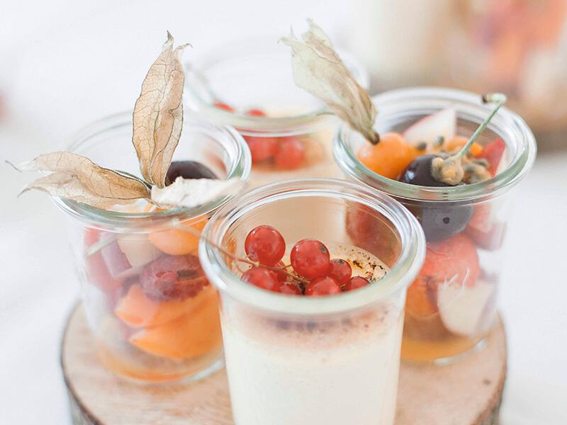 Früchtedesserts im Glas serviert