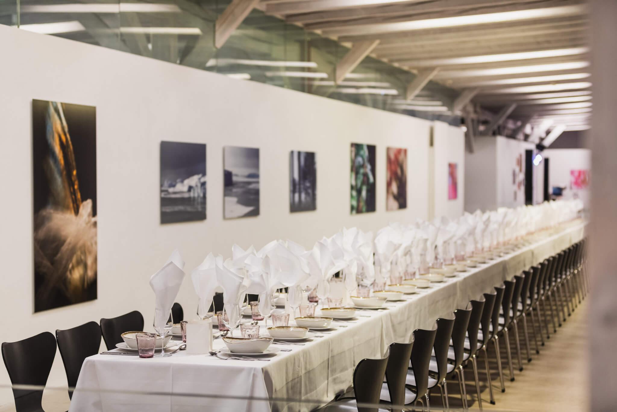 Bussiness Event mit Essen an langem Tisch